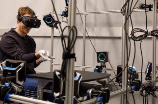 Mark Zuckerberg muestra los guantes de realidad virtual en que trabajan